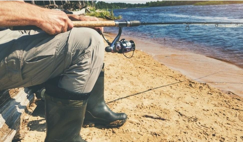 """Crezând că a prins """"monstrul"""", un pescar din Arad a scos la mal un om"""