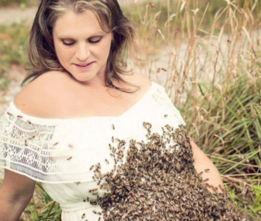 Zeci de mii de albine l-au acoperit pântecul femeii însărcinate. Totul s-a petrecut sub privirea îngrozită a unui bărbat. Ce a urmat este…